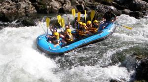 小鮎滝をゆくラフティングボート