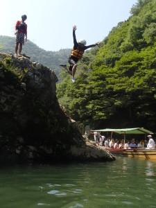 飛び込み岩からのジャンプ!