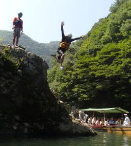 飛び込み岩からのジャンプ