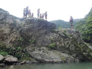 飛び込み岩でヒヤリ