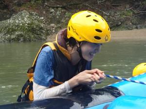 自力でラフティングボートに登る