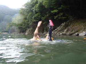 水中から飛び出た足