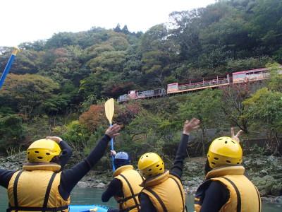 川の上を走るトロッコ列車