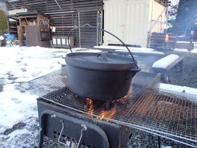 雪の中ダッチオーブン料理