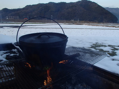 雪の中のダッチオーブン