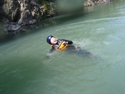 冷たい水で泳ぐ