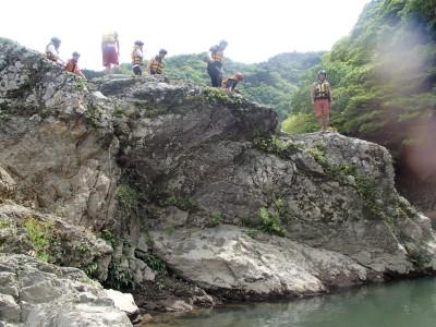 飛び込み岩からのジャンプ大会