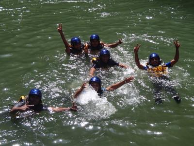 川のプールで泳ぐ