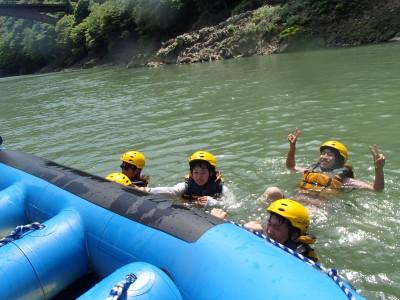 川で泳いだ
