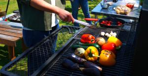 パプリカなど野菜を焼く