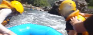 激流を行くラフティングボート