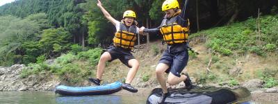 ボートから川にジャンプ