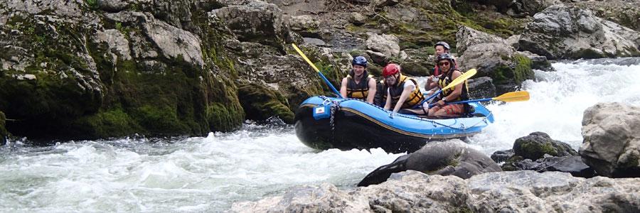 小鮎の瀬をゆくラフティングボート
