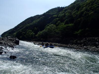 カナギの瀬を下るラフト