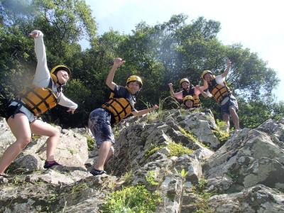 岩の上から飛びます
