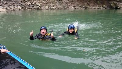 冷たい保津川の水
