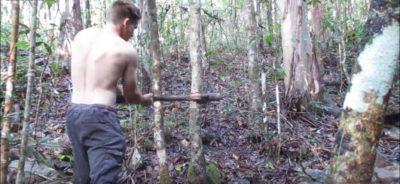 石の斧で木を伐る